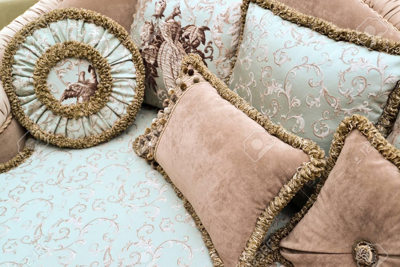 Schone Kissen Auf Dem Sofa Zu Einem Heim Lizenzfreie Fotos Bilder