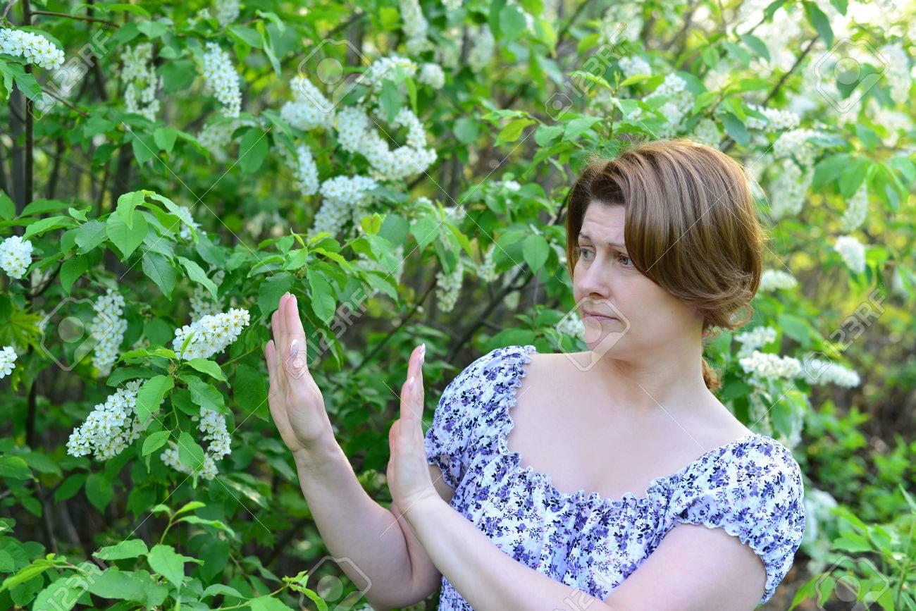 Mujer Adulta Con Enfermedades Alérgicas Retirados De Unas Flores De ...