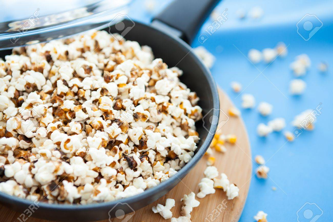 corn kernels in a frying pan, popcorn Stock Photo - 17271587