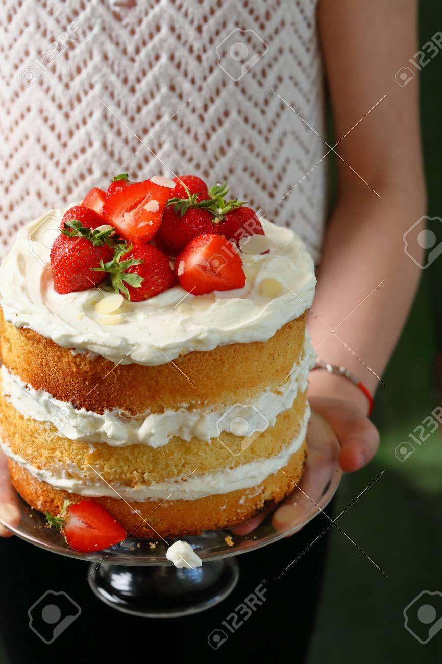 Sommer Kuchen Mit Beeren In Frau Hande Lebensmittel Grossansicht