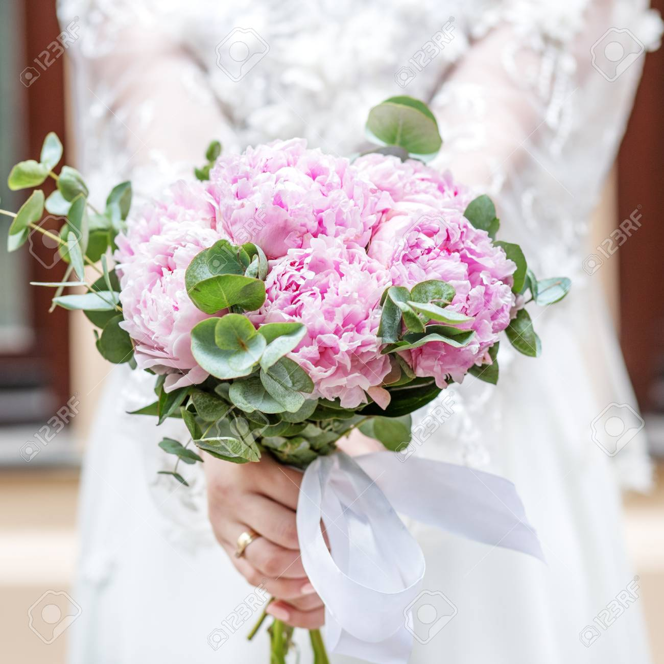 Bouquet Sposa Peonie.Wedding Bouquet Of Flowers Of Pink Peony In The Hands Of The