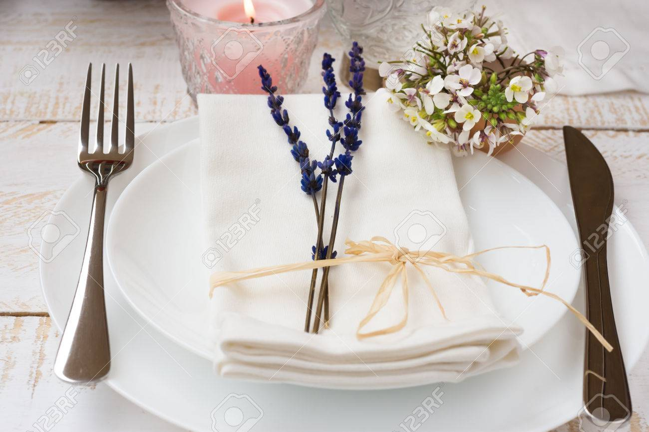 Romantische Tischdekoration Hochzeit Lavendel Weisse Kleine Blumen