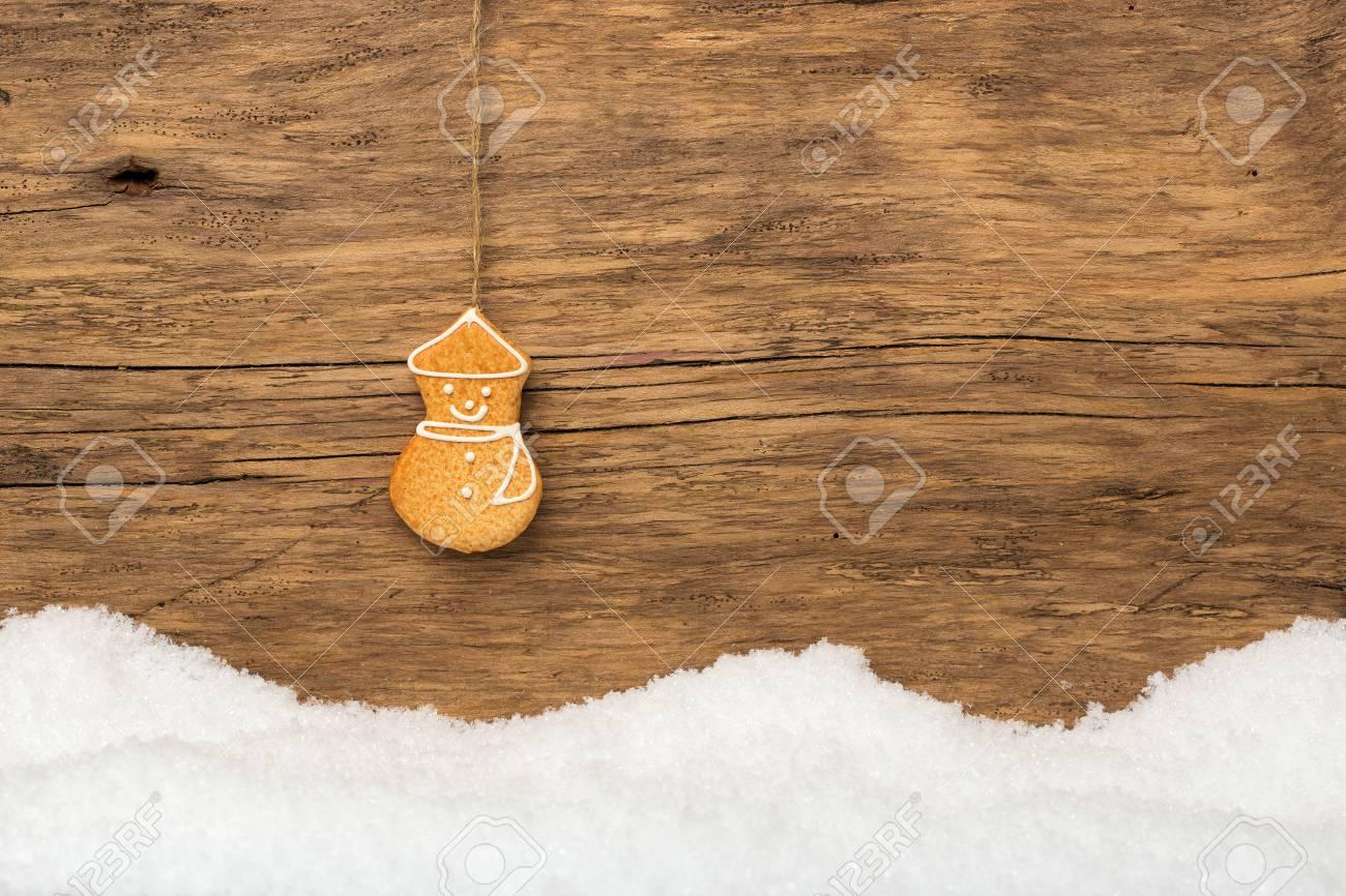 hängender lebkuchen mit schnee auf holz banque d'images et photos