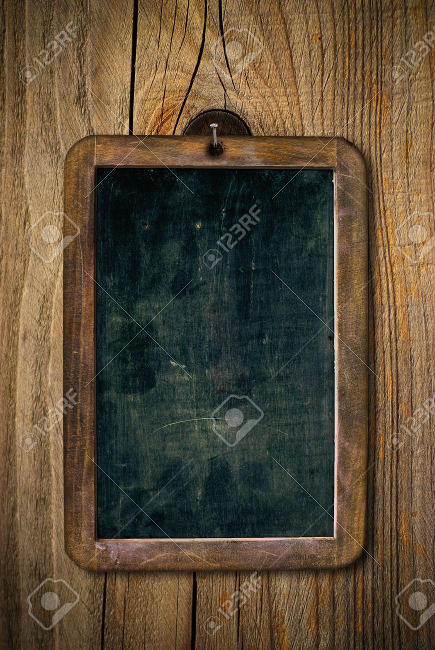 escuela madera sucia y rayada pizarra sobre un muro de madera de imagen vertical