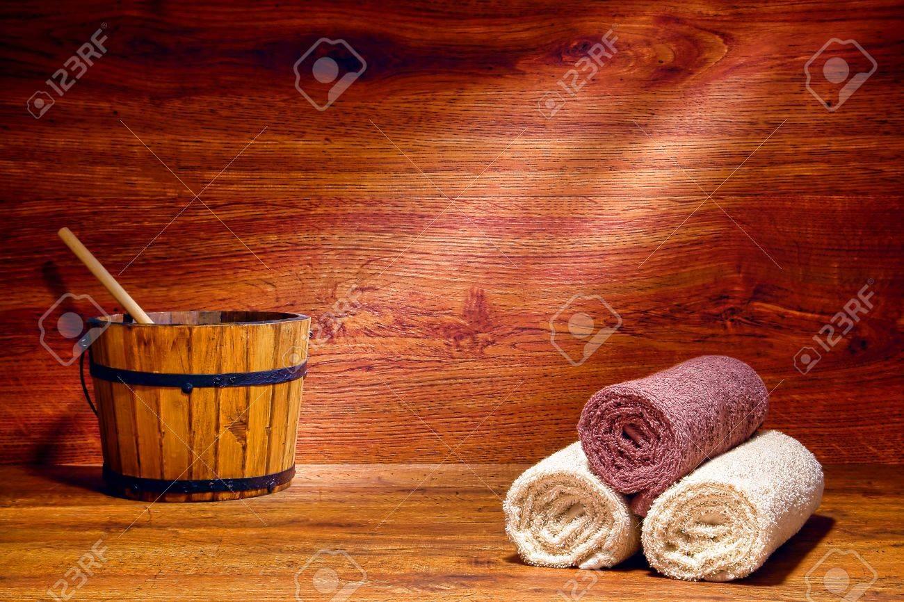 Weich Und Flauschig Aufgerollt Braun Und Beige Bad Handtücher Aus Baumwolle  Und Heißes Wasser Hölzernen Eimer Auf Einer Bank In Einer Traditionellen  Sauna ...