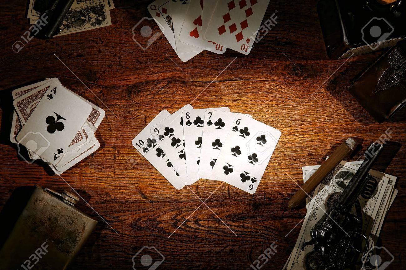Как называется человек с картами в казино рулетка способ удваивания ставки