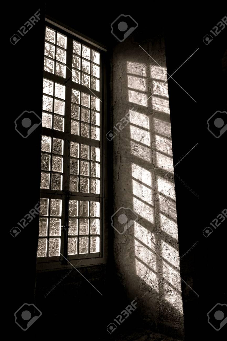 Filtrer La Lumière Du Soleil à Travers La Vieille Verre Au Plomb D