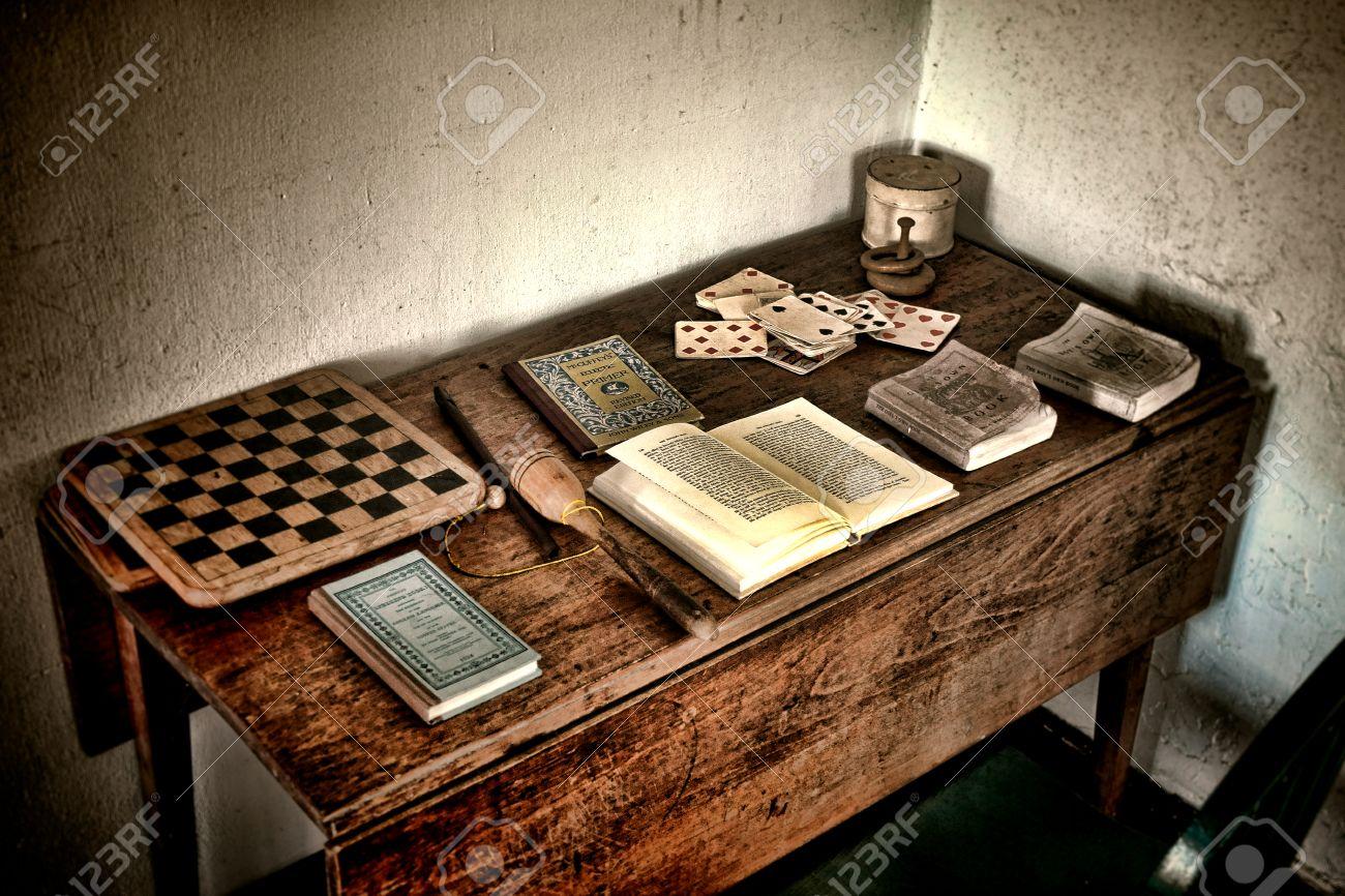 Escritorio De Madera Del Juego De Niños Antiguo Con Libros Antiguos