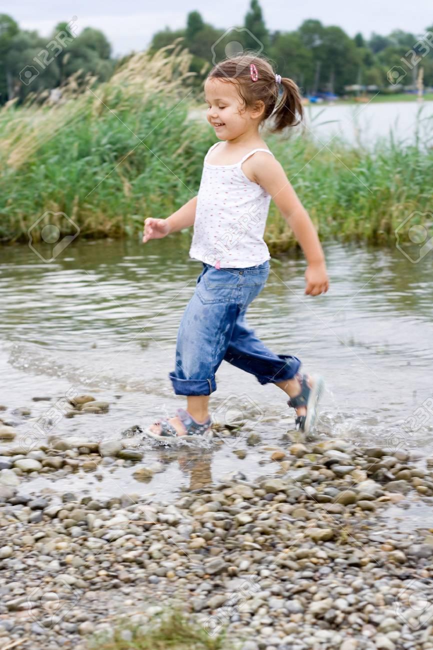 little cute girl playing at the beach. Standard-Bild - 1423919