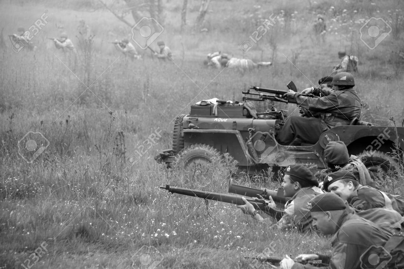 4ba8ee8877a British world war 2 troops in action with american troops in the back  ground Stock Photo