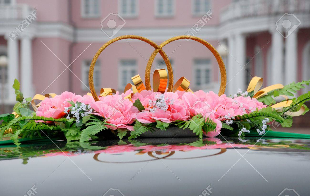 Decoration Of The Wedding Car: Rings And Pretty Pink Flowers Stock ...