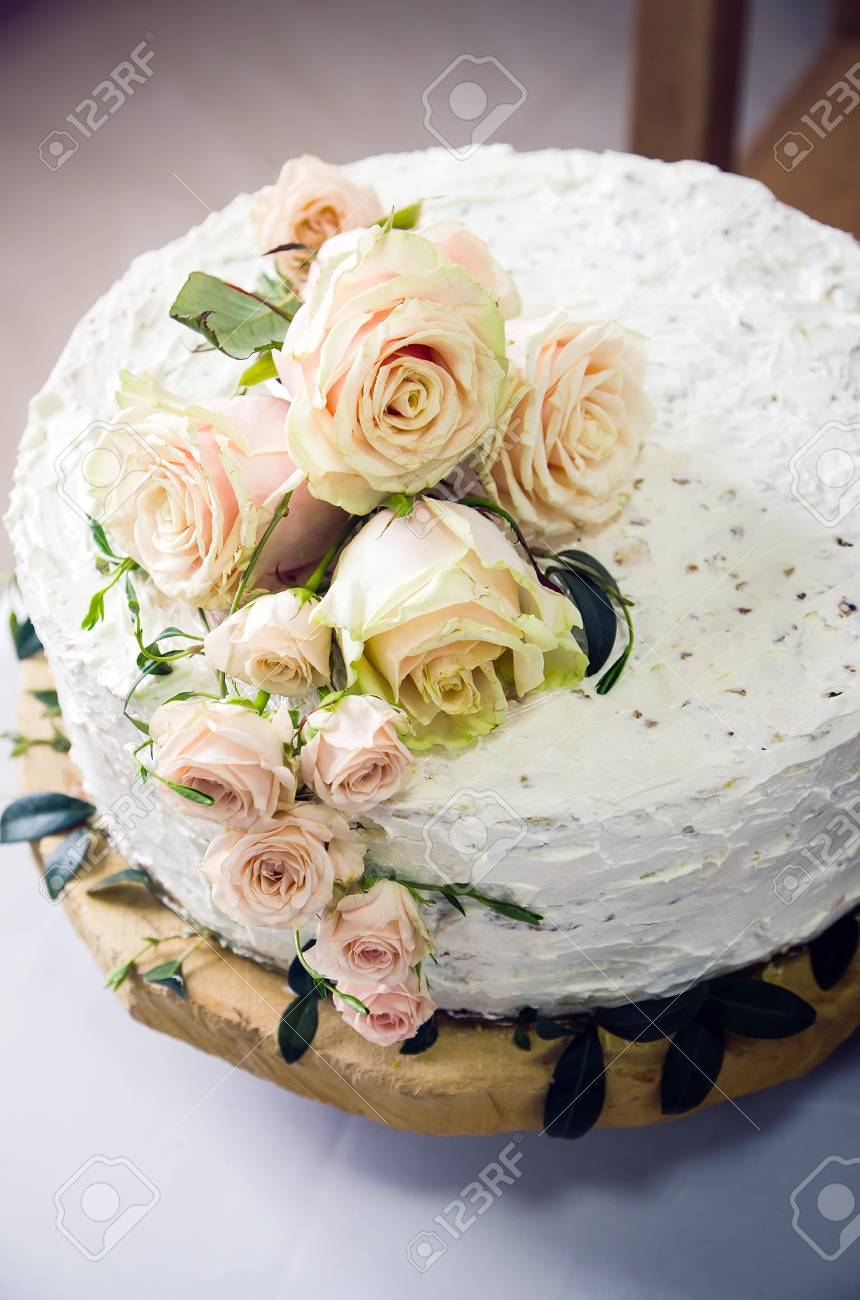 Wedding cake decorated with pink roses - 39653545