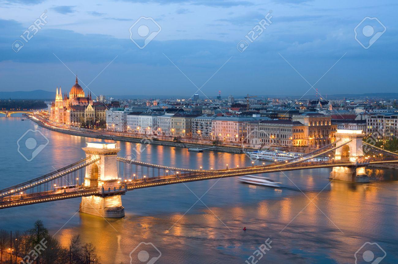 ブダペスト、ドナウ川に鎖橋の夜...
