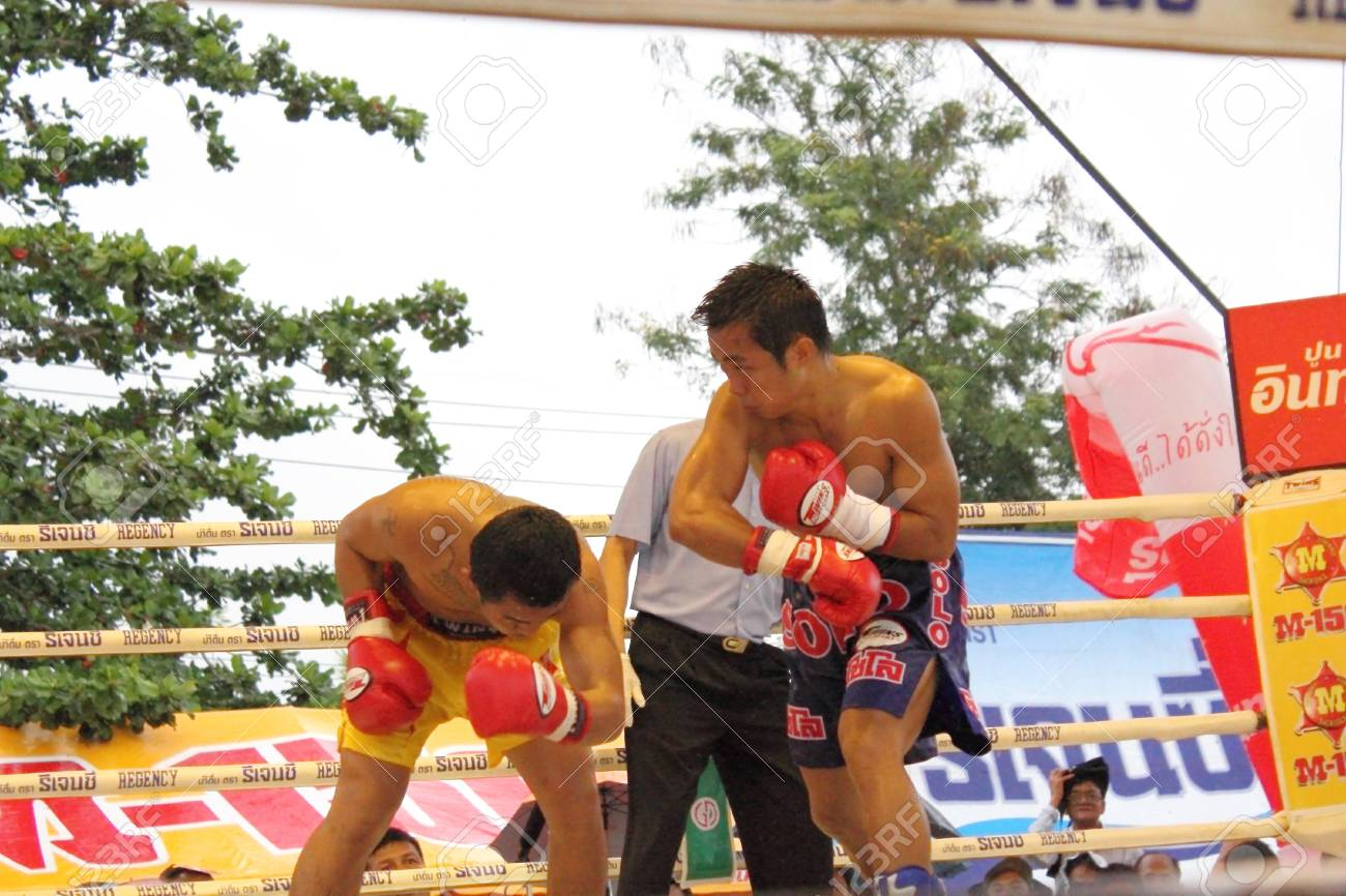 SURAT THANI, THAILAND � DECEMBER 14 : Ratchasak Sitmoaseng and Shucheelhong fight boxing on December 14, 2012 in Surat Thani, Thailand. Stock Photo - 16869561