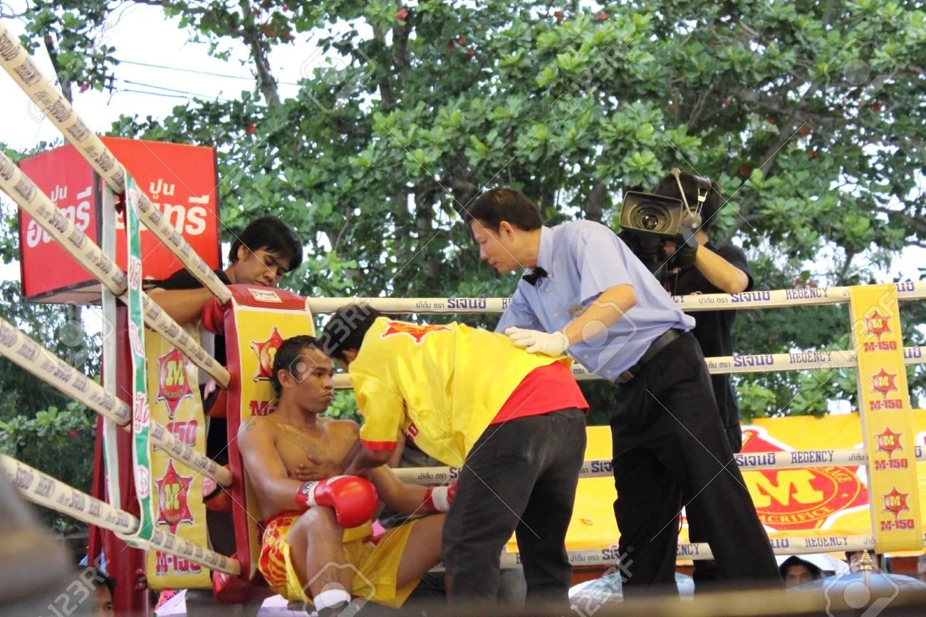 SURAT THANI, THAILAND � DECEMBER 14 : Ratchasak Sitmoaseng break during fight boxing with Shucheelhong on December 14, 2012 in Surat Thani, Thailand. Stock Photo - 16869566