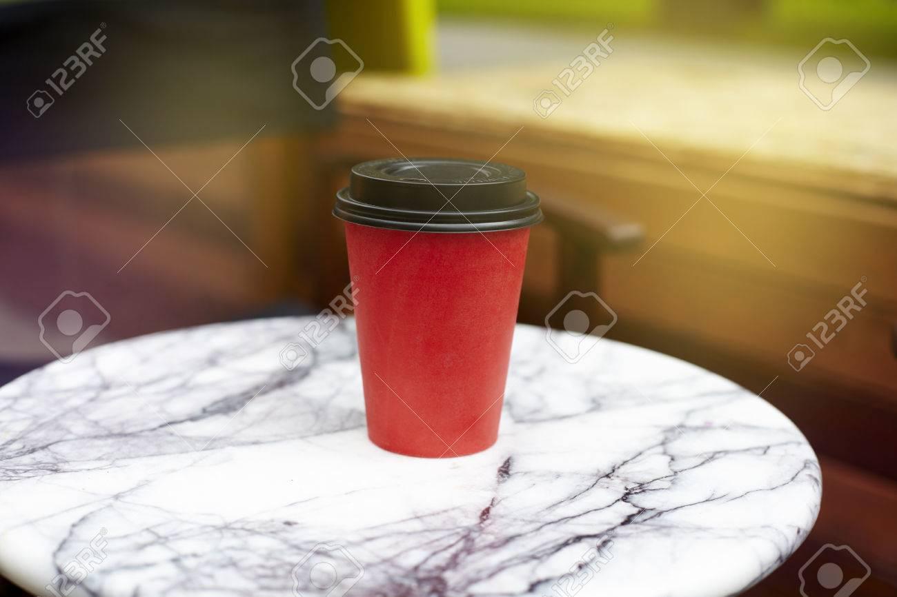 Tasse Jetable De Papier Rouge De Café à Emporter Sur La Table De ...