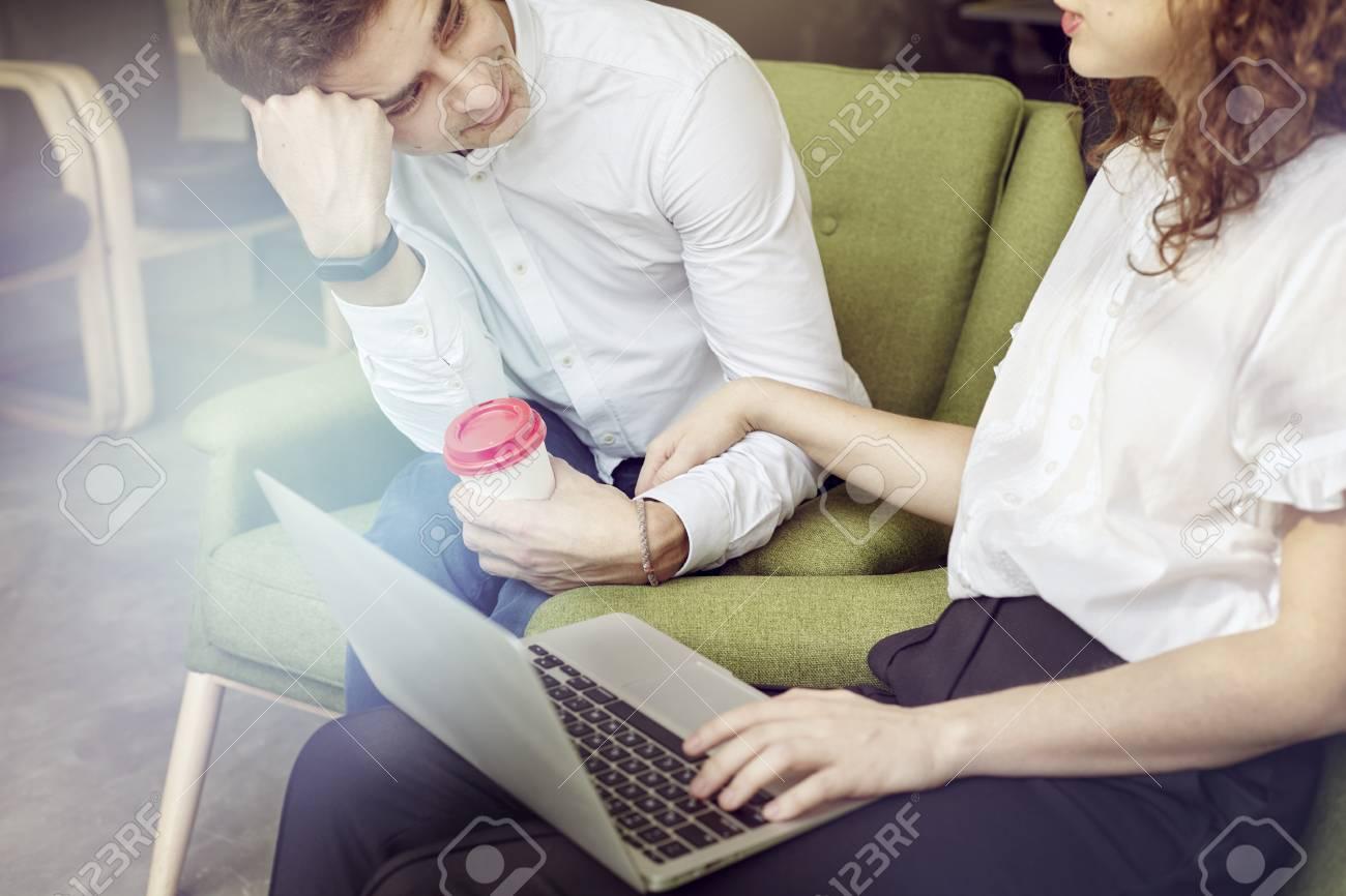 Réunion d affaires au bureau jeune entrepreneur travaillant