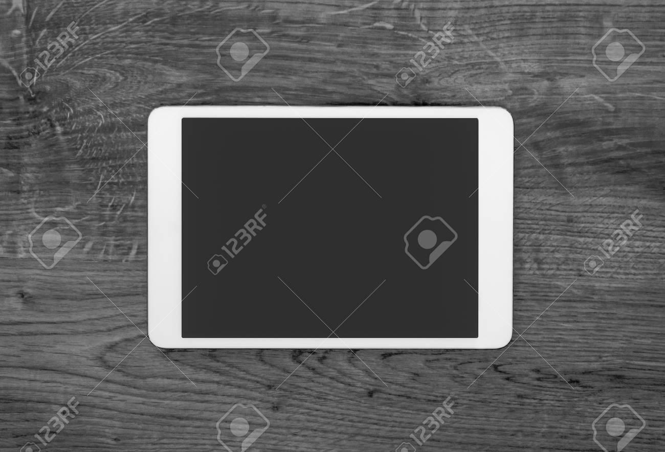Blank tablette numérique moderne sur un bureau en bois. vue den