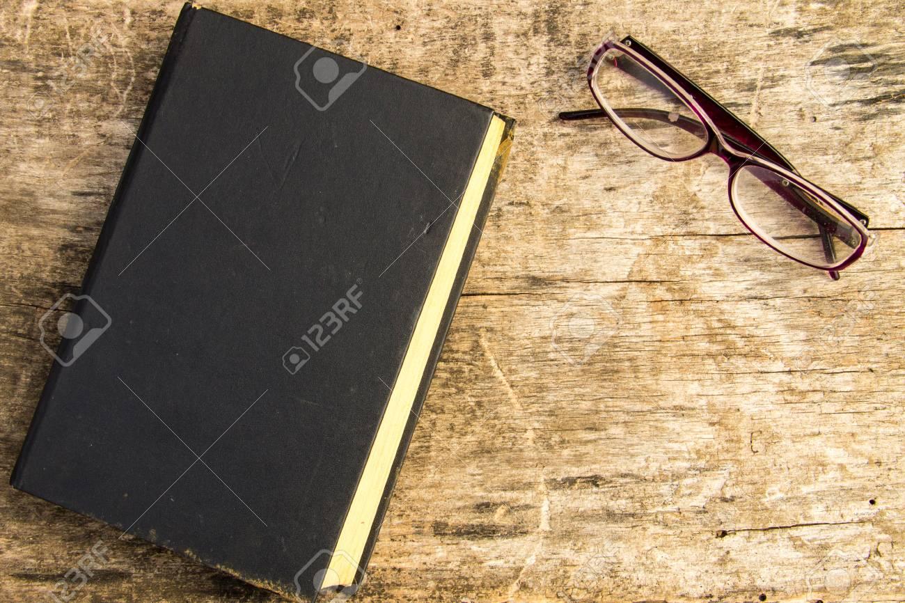 Ancien Livre Ferme Et Lunettes Sur Fond En Bois