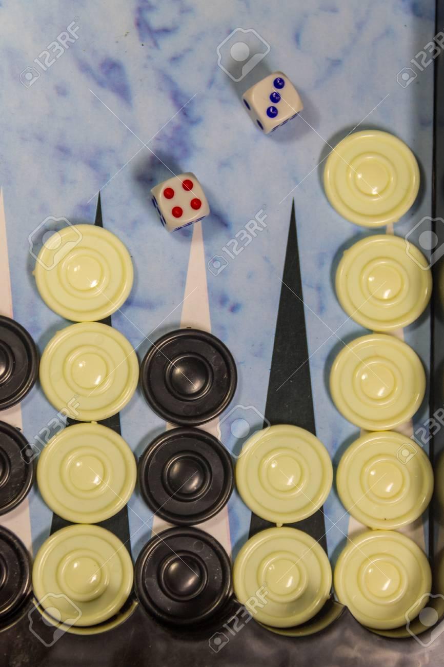 Campo De Juego En Un Backgammon Con Dados Y Damas Concepto De Juego