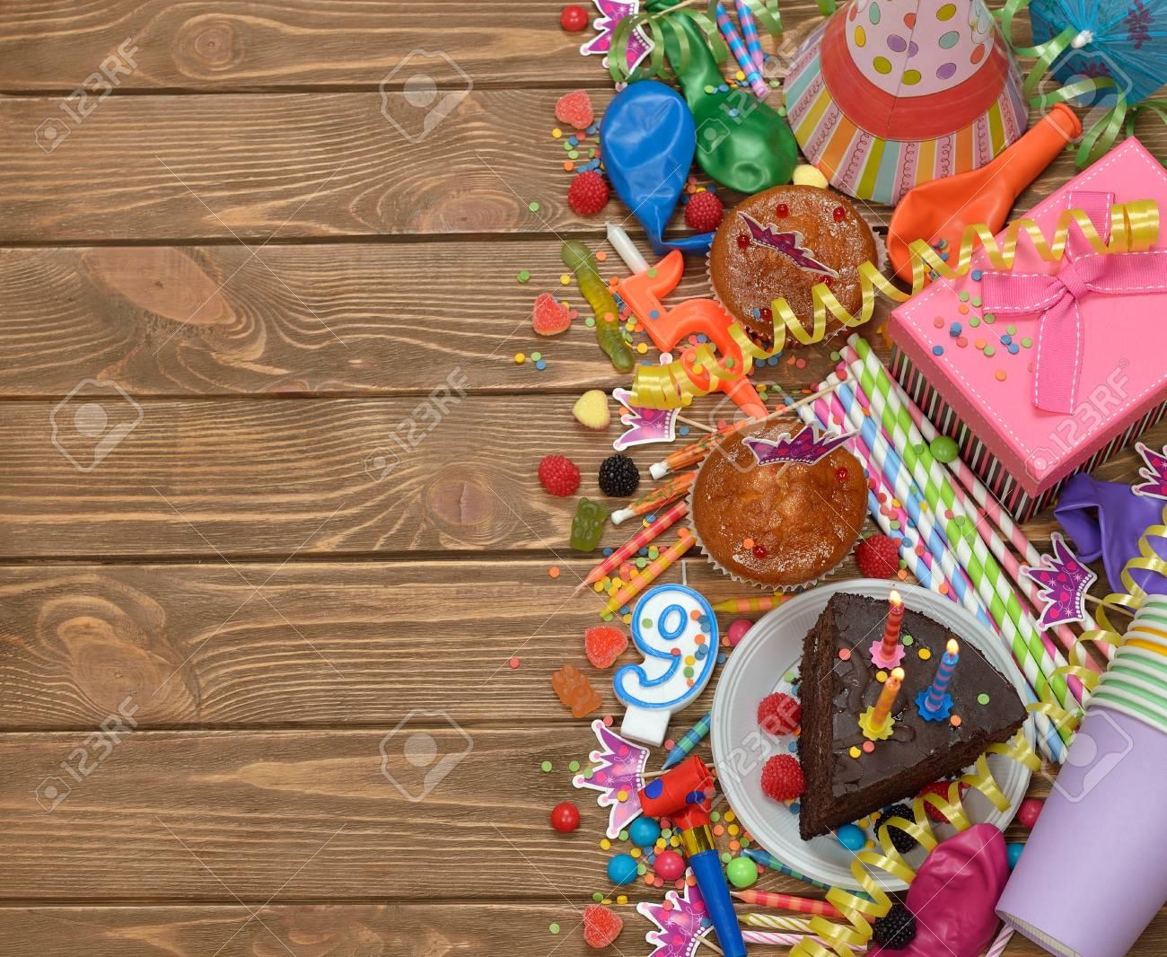 cd1ff75e186f Accesorios para fiestas infantiles en un fondo marrón Foto de archivo -  55314492