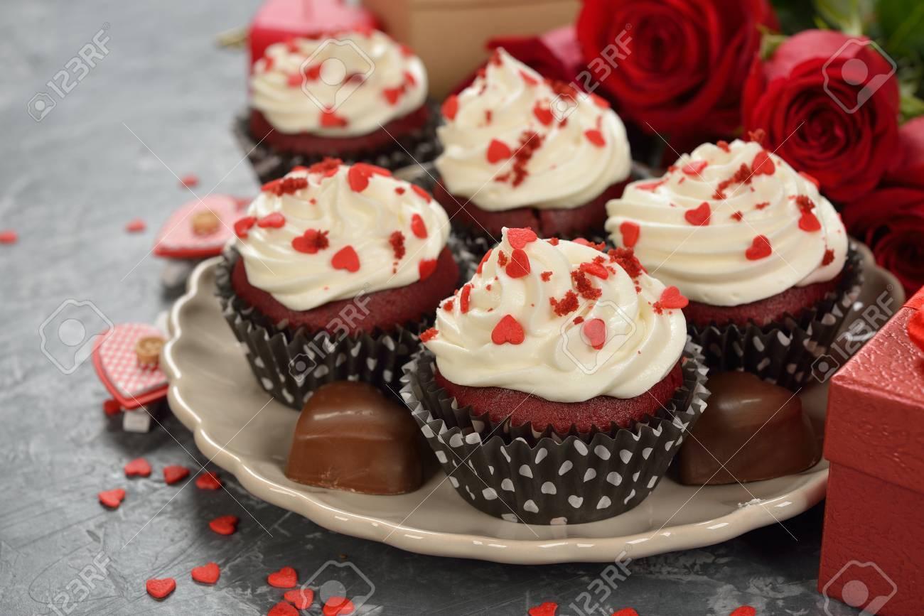 Susse Romantische Cupcakes Fur Valentinstag Auf Einem Grauen