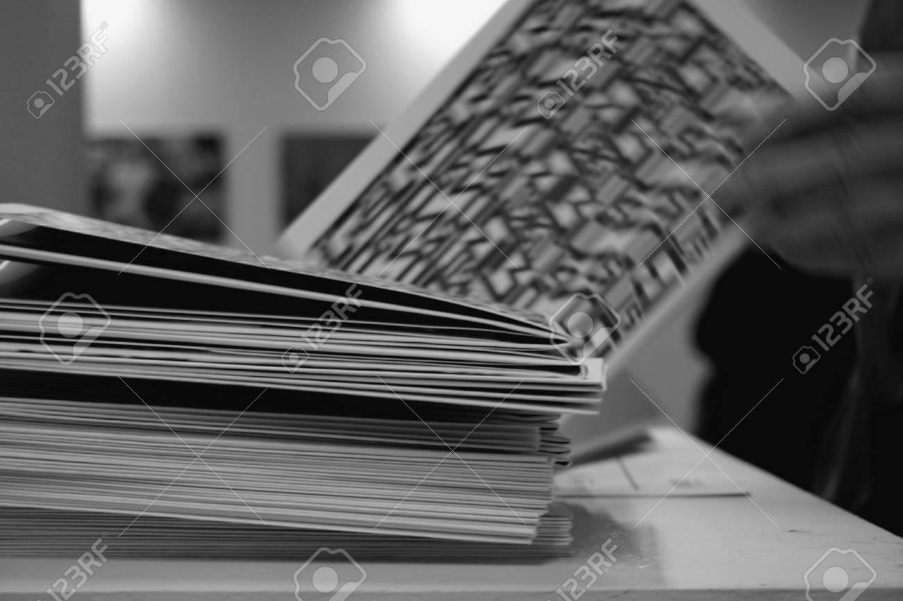 Ein Stapel Werbebroschüren, Zeitungen, Papier Auf Dem Tisch. Schwarz ...