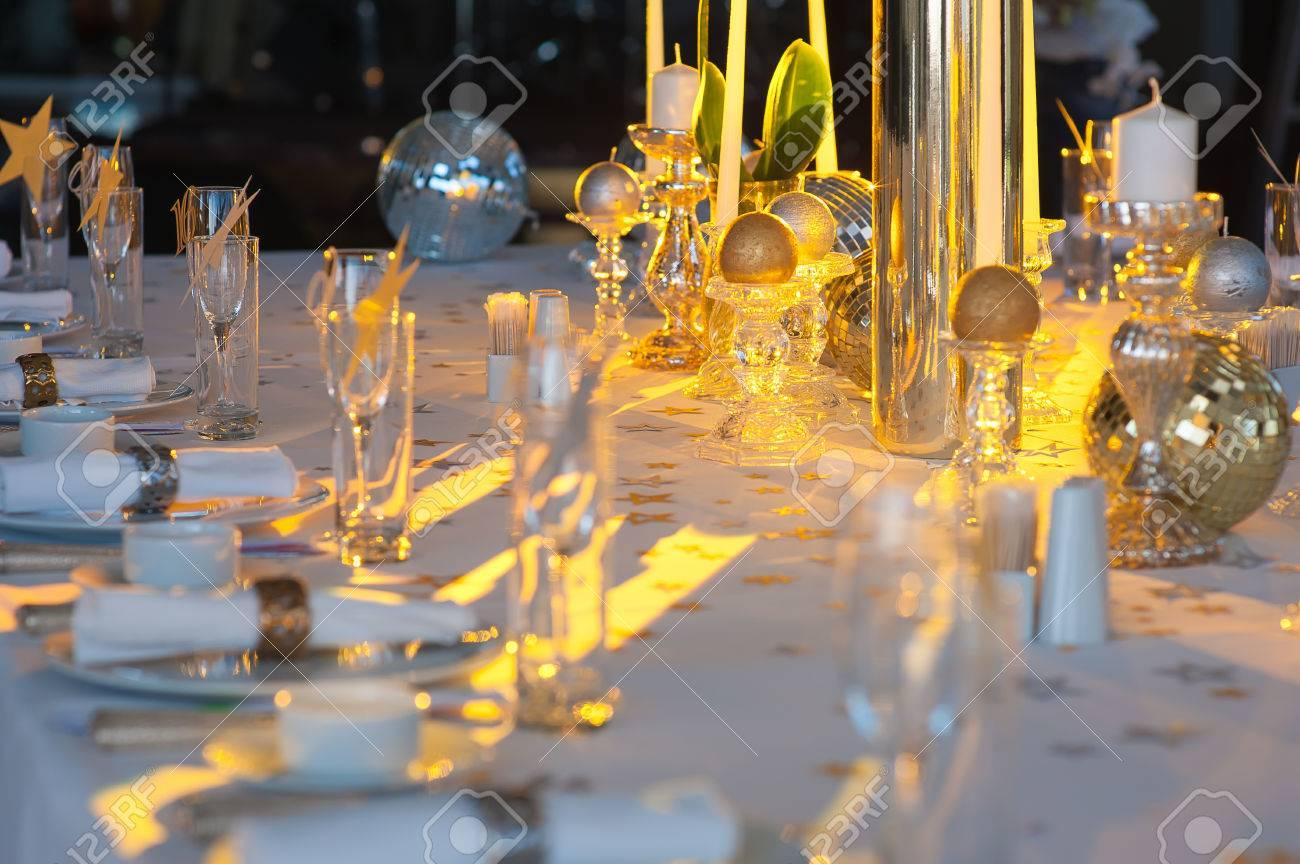 Mesa Con Candelabros De Cristal Y Candelabros Muy Bien Decorado En La Recepción De La Boda El Enfoque Selectivo Mesa Encendió Un Rayo Amarillo