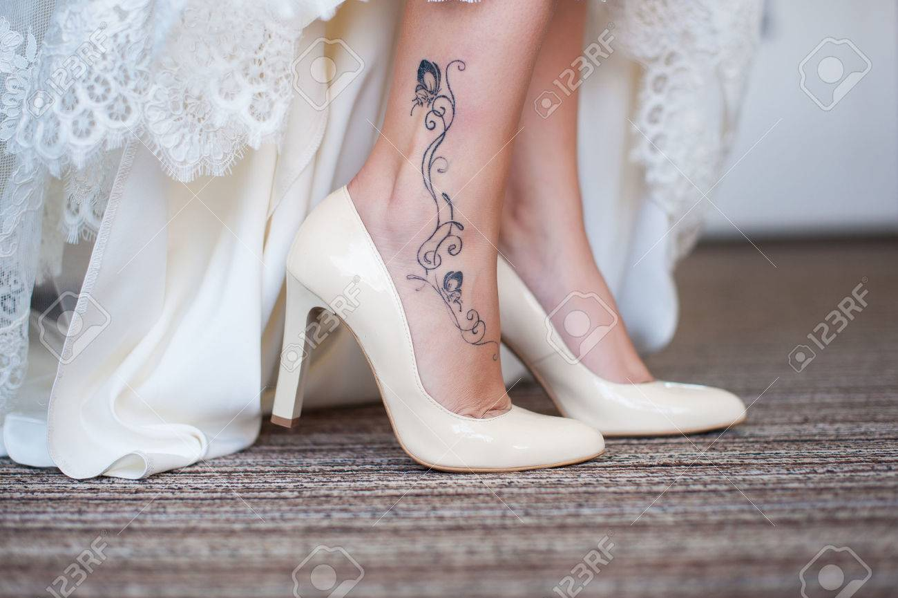 Braut Im Weißen Hochzeitskleid Zeigt Schöne Schlanke Beine Mit ...