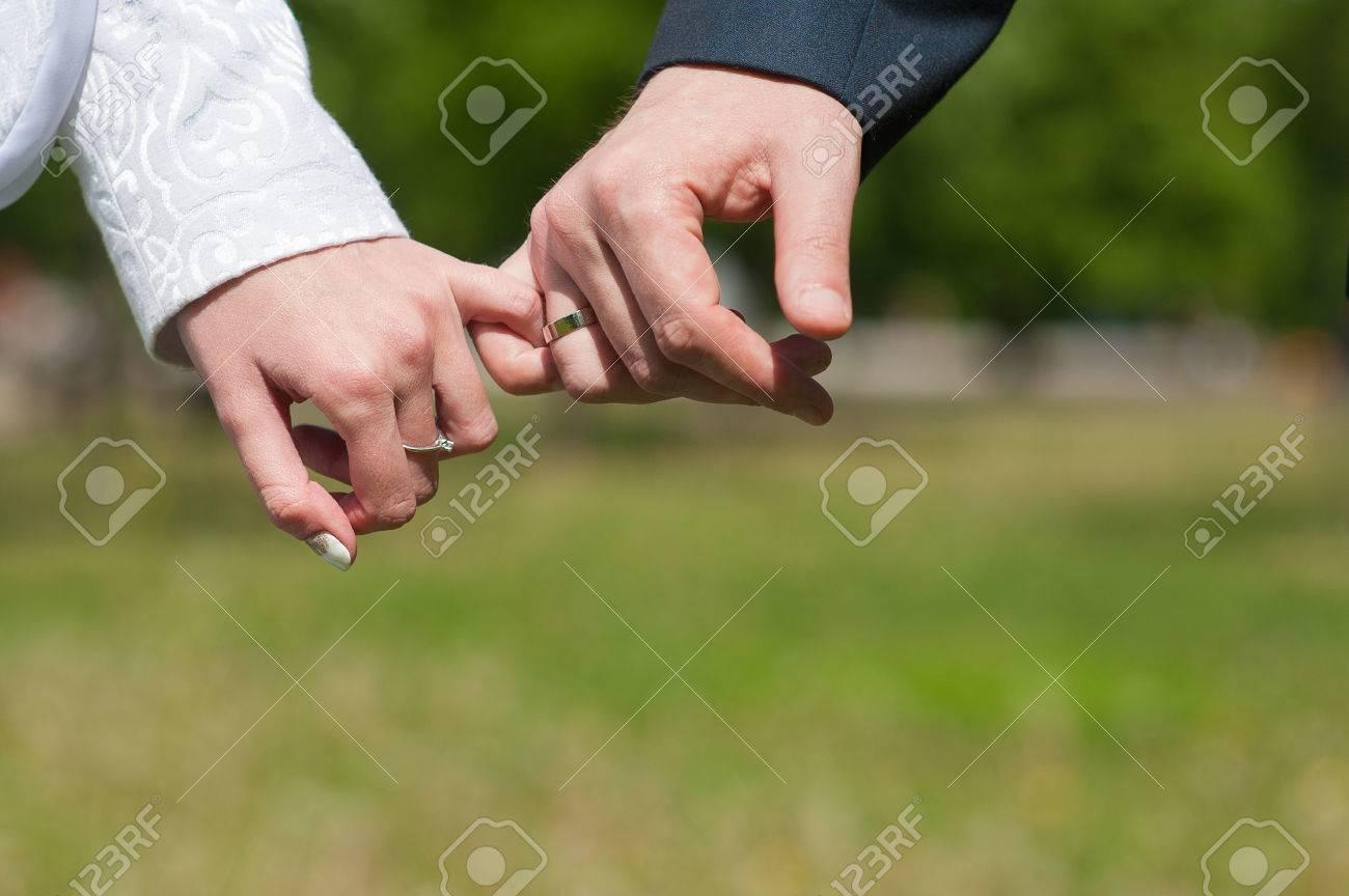 Amantes O Novios Tienen Poco O Dedos Meñique. Mano Con El Anillo ...