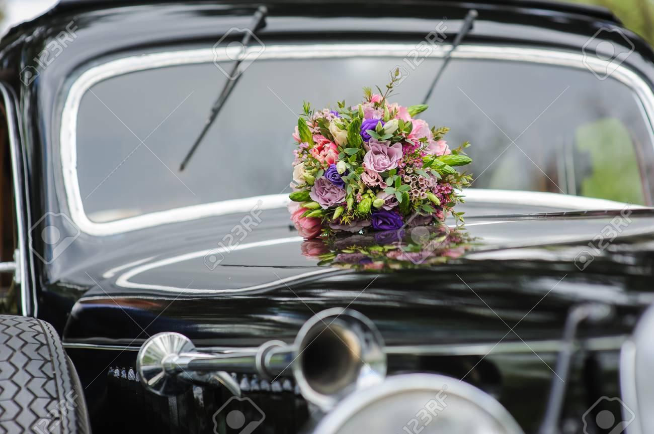 Mazzo Di Fiori Elegante.Immagini Stock Elegante Sposa Mazzo Di Fiori Diversi Sul Cofano