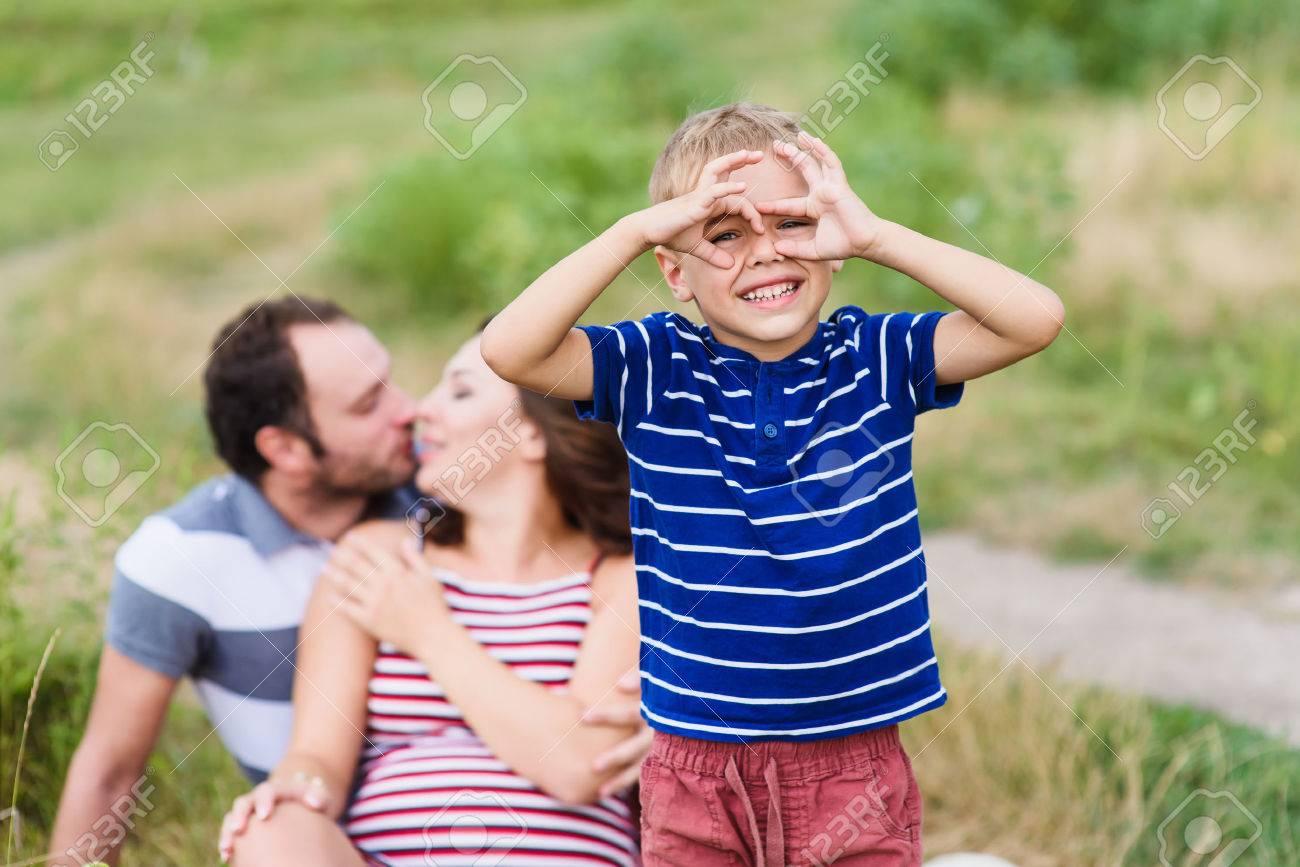 Kinder machen vorgeben ferngläser mit den händen lizenzfreie fotos