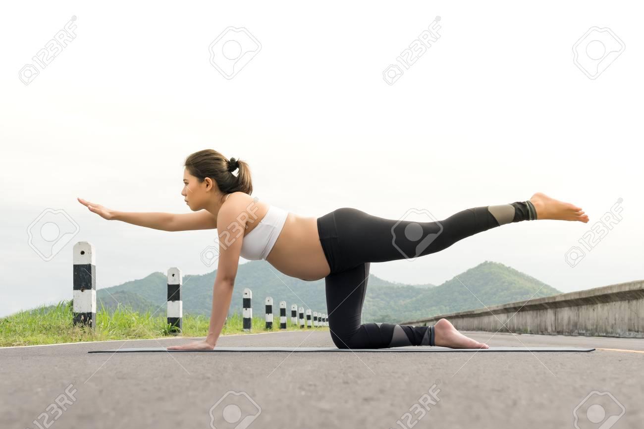 Une Femme Enceinte Faire De L Exercice Dans La Detente Sur La Pose De Yoga Le Concept De La Sante Et Du Sport Banque D Images Et Photos Libres De Droits Image 60473789