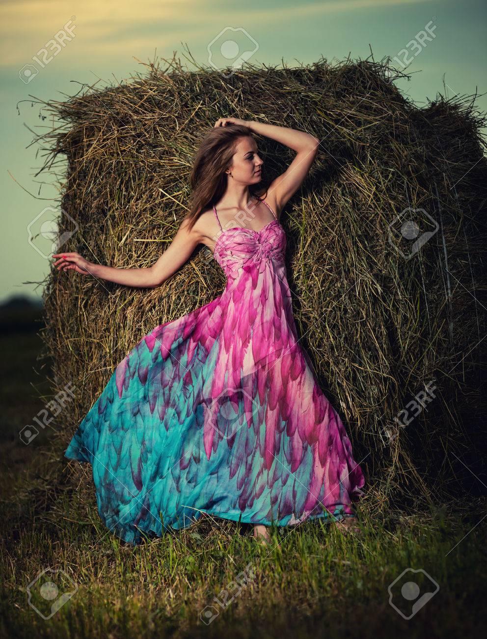 Секси девушка в поле