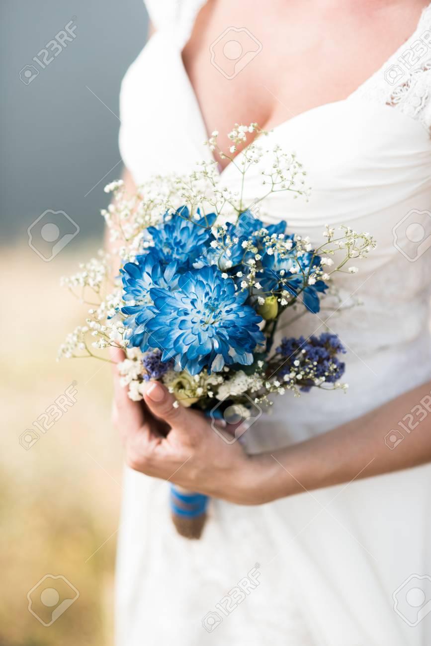 La Mariee Tient Un Bouquet De Mariage Avec Des Fleurs Bleues