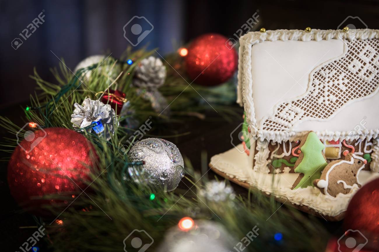 Decorazioni Per Casa Di Natale : La casa di marzapane in smalto bianco su sfondo della corona di
