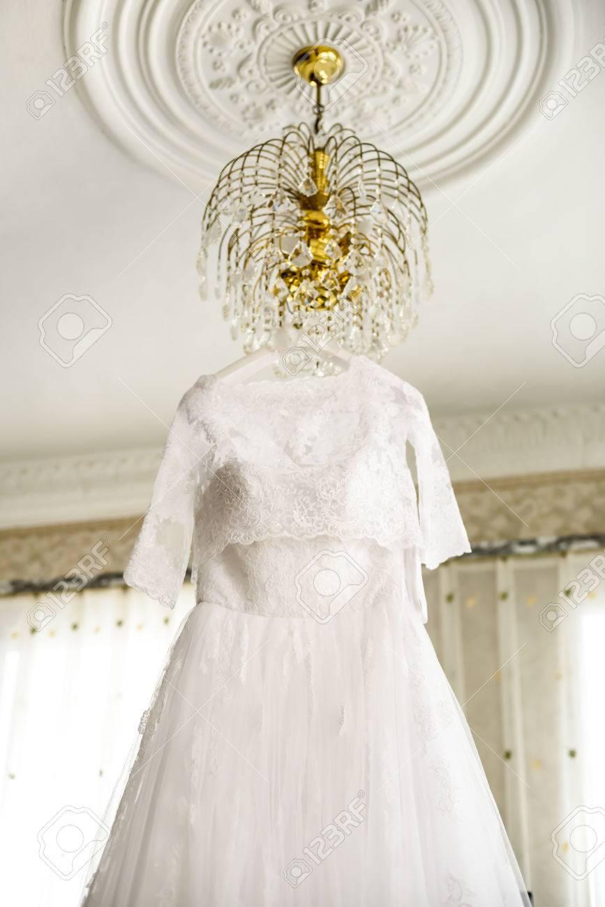 Brautjungfer Kleid Mit Spitze Hängen Auf Dem Kronleuchter ...
