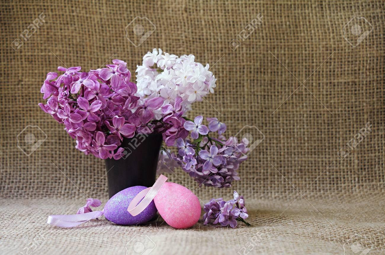 Fiori Di Ceramica.Pasqua Still Life Con Lussureggianti Fiori Di Lilla In Vaso Di Ceramica E Uova Di Pasqua Decorative Stile Rustico