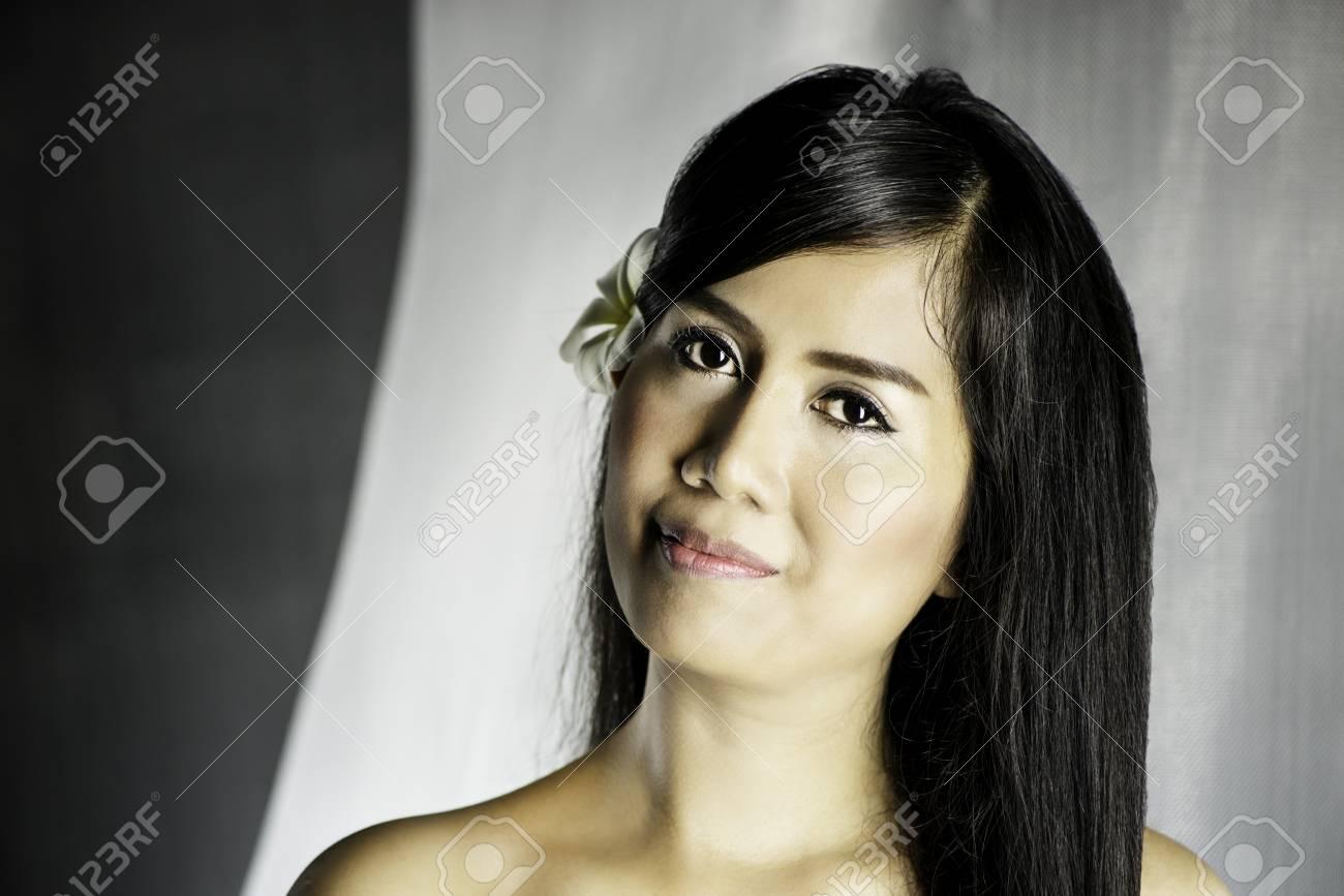 Schöne Asiatische Frau Mit Einer Frangipani Blume In Ihrem Haar ...
