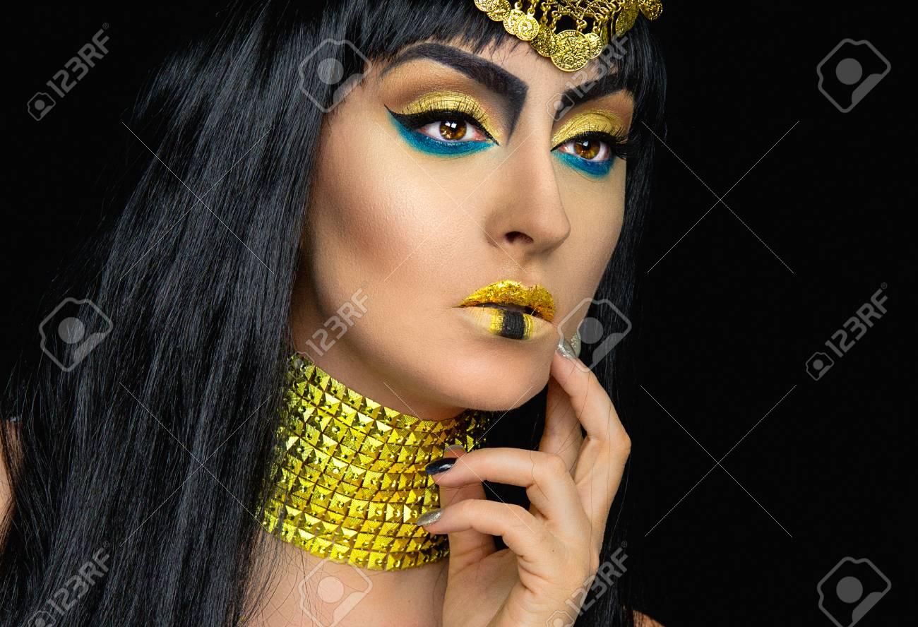 Cleopatra Halloween Make Up Mit Einem Kaukasisch Madchen Posiert