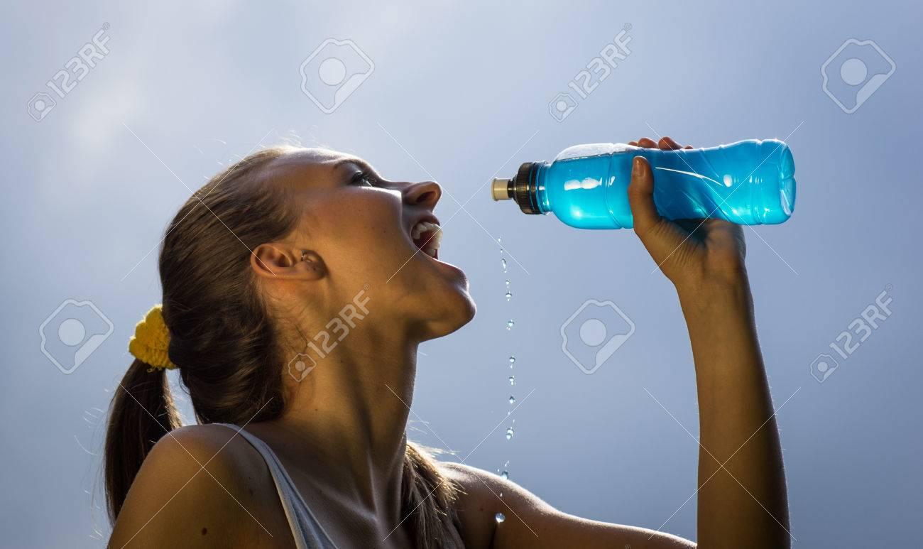 thirsty athlete drinking power drink - 32320927