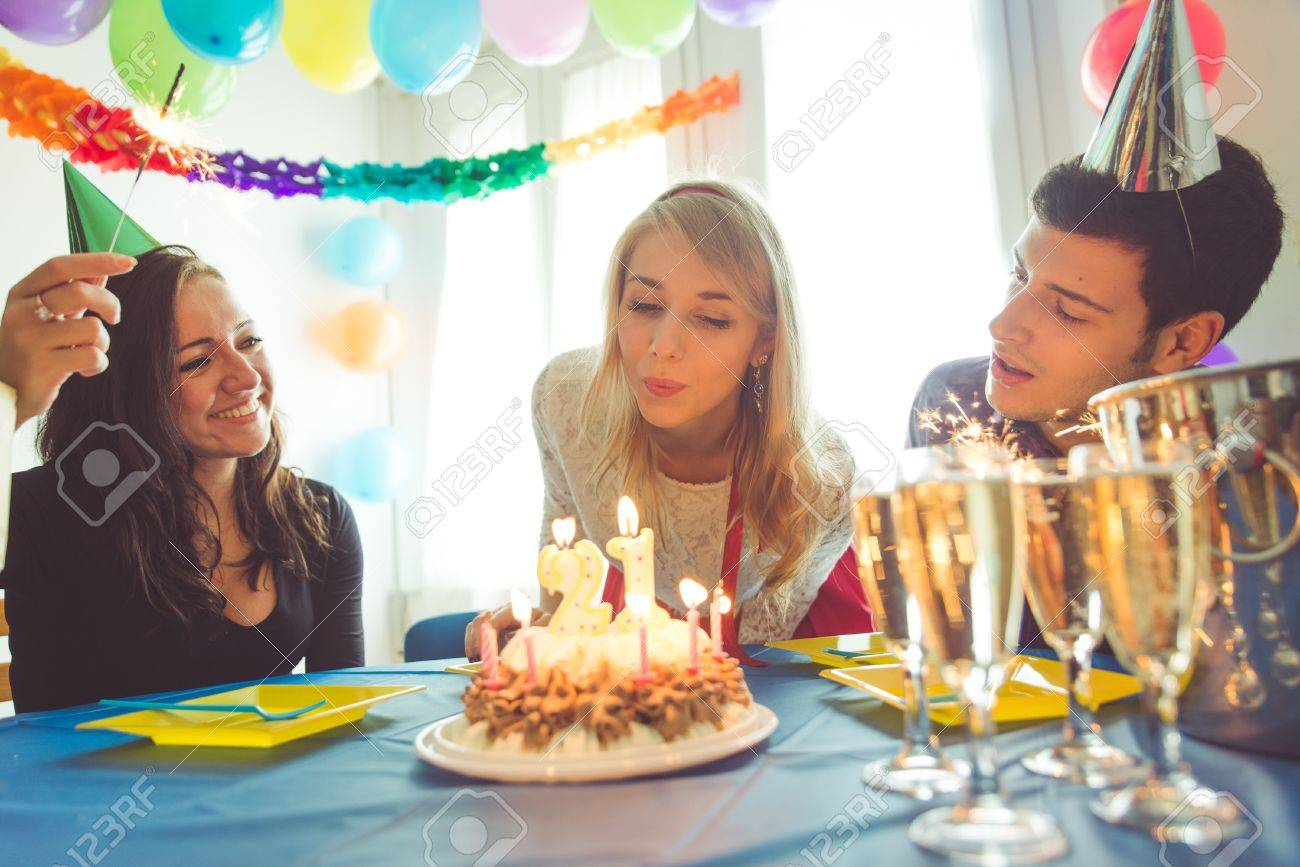 fiesta de cumpleaos en casa tres amigos celebrando el cumpleaos de la muchacha con fiesta with cumpleaos en casa - Fiesta De Cumpleaos En Casa