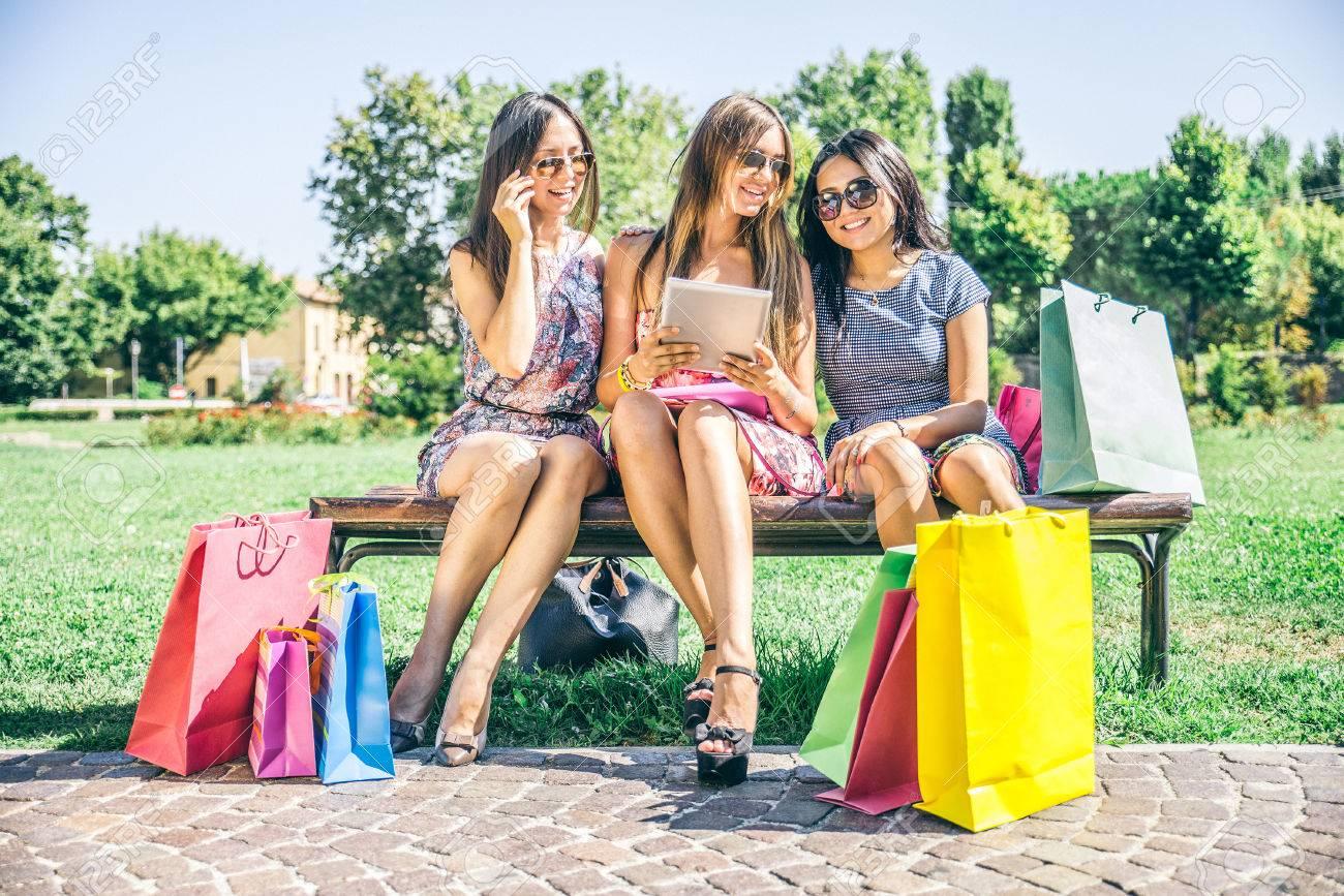 cheap for discount 7daed 0f742 Tre belle ragazze in cerca giù al tablet - donne shopping online su un  dispositivo portatile del computer - I migliori amici seduti all'aperto e  con ...