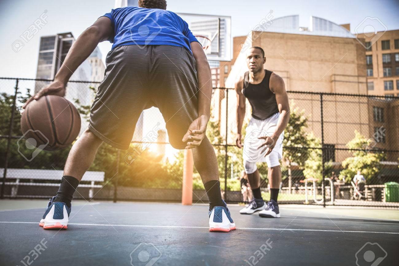 Deux athlethes afro américaines jouer au basket en plein air l'entraînement des athlètes de basket ball sur le terrain à New York