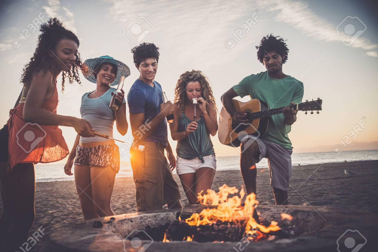 Multicultural group of friends partying on the beach - Young people celebrating during summer vacation, summertime and holidays concepts Archivio Fotografico - 71078306