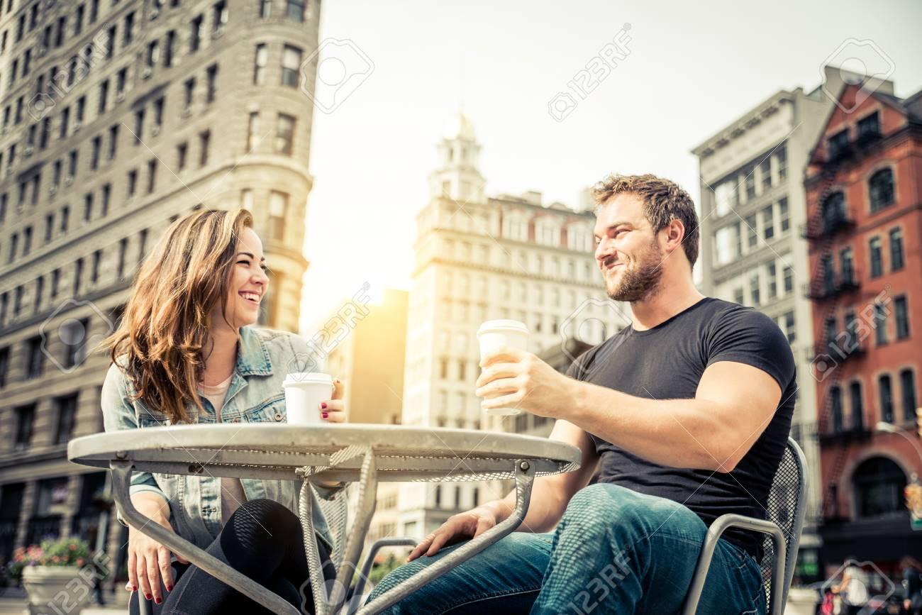 Dating bar New York copine a un profil de rencontre en ligne