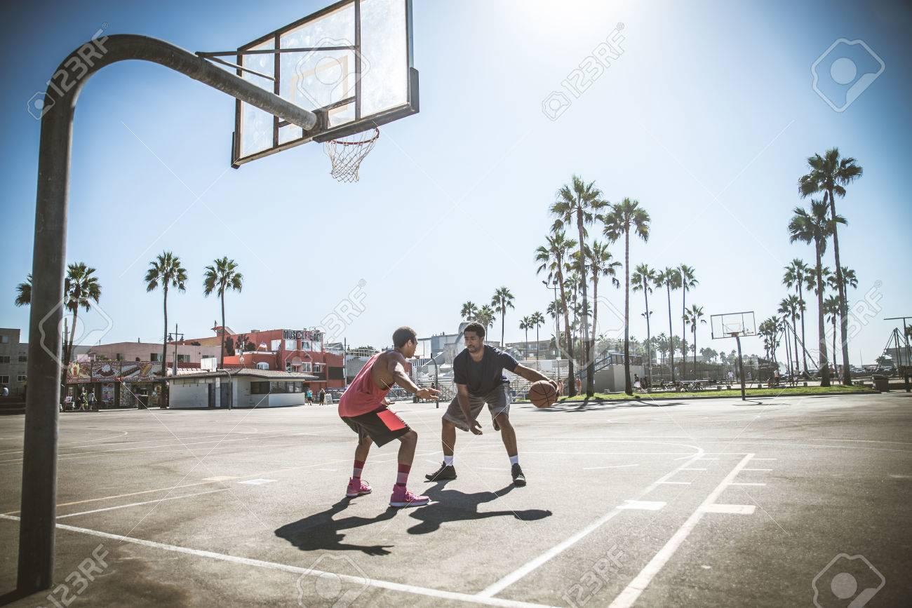 Amis jouer au basket Afro américain joueurs ayant un match amical en plein air