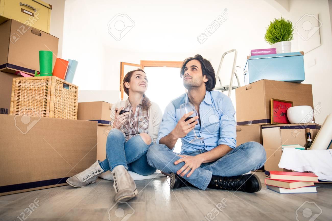 Paar Umzug In Ein Neues Zuhause - Glücklich Verheiratete Leute ...