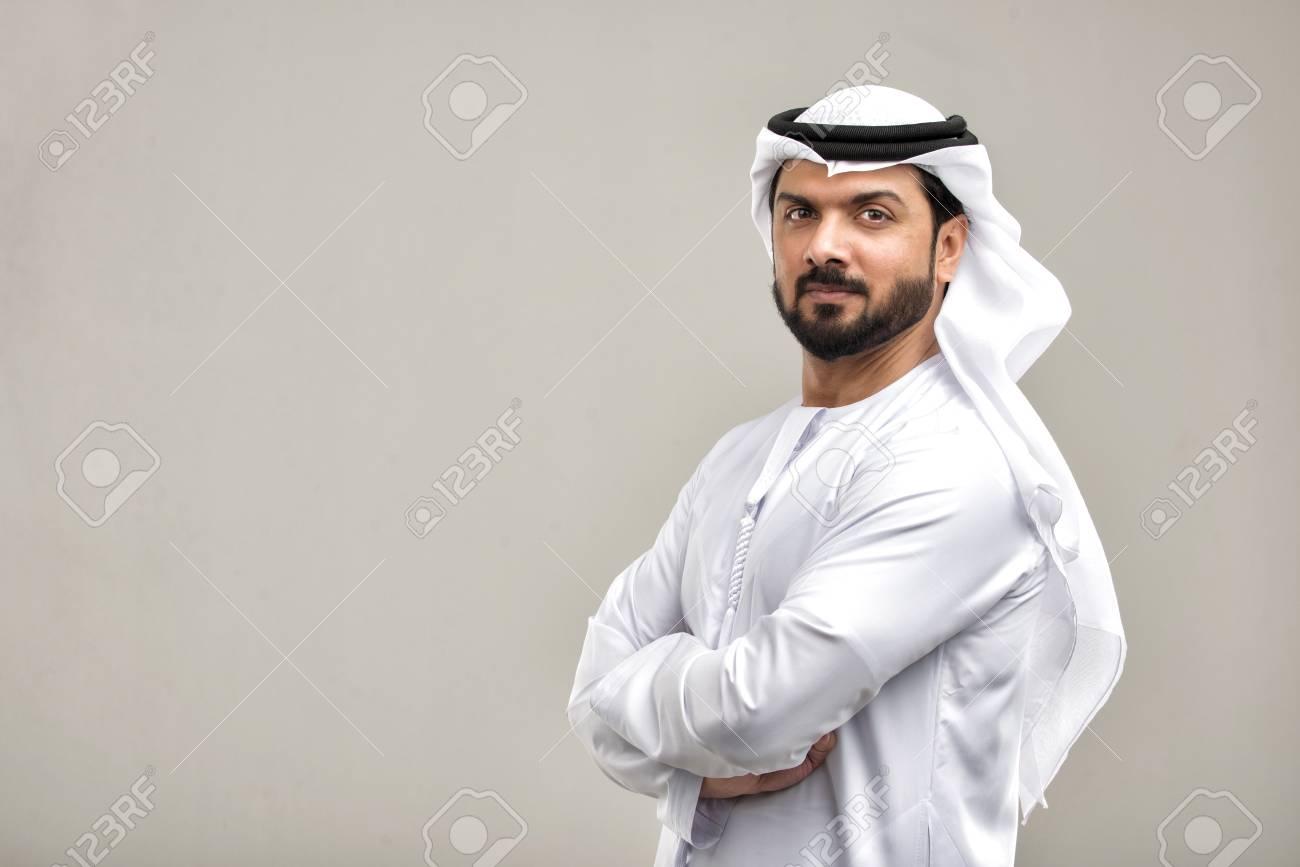 Portrait of arabic man with kandora in a studio - 108942395