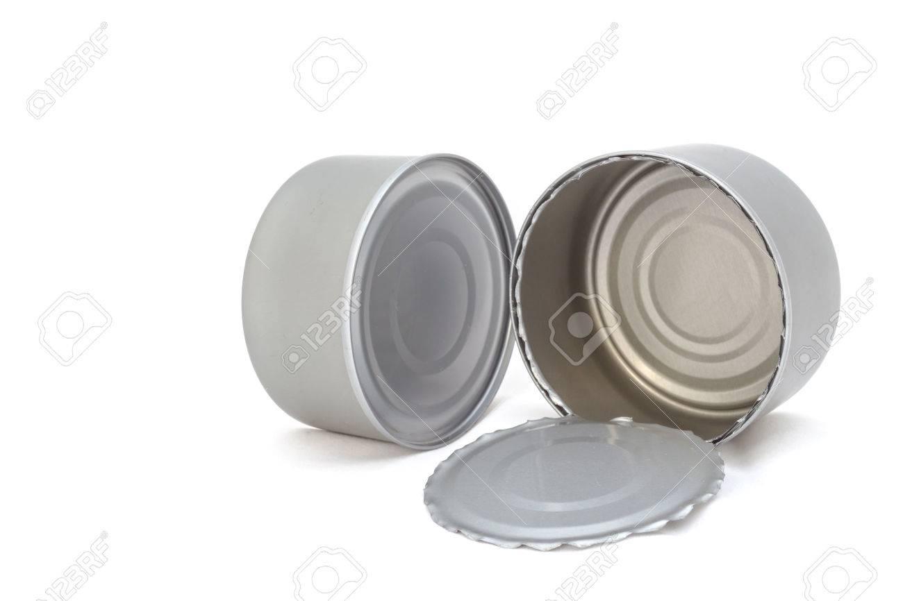 Offene und geschlossene Metalldose für Lebensmittel auf weißem Hintergrund
